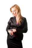 Geschäftsfrau, die ihre Uhr betrachtet Stockbild