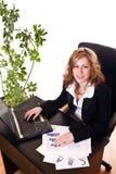 Geschäftsfrau, die in ihrem Büro sitzt Stockfoto