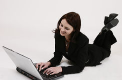 Geschäftsfrau, die an ihrem Computer arbeitet Lizenzfreie Stockbilder