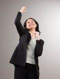 Geschäftsfrau, die ihrem Erfolg zujubelt und feiert stockbild