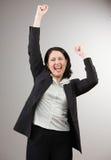 Geschäftsfrau, die ihrem Erfolg zujubelt und feiert lizenzfreies stockbild