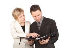 Geschäftsfrau, die ihrem Partner Report zeigt stockfotos