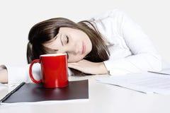 Geschäftsfrau, die an ihrem Schreibtisch schläft Stockfotos