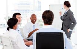 Geschäftsfrau, die ihrem Team eine Darstellung gibt Stockbild