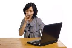 Geschäftsfrau, die ihren Erfolg mit Wein feiert Lizenzfreies Stockfoto