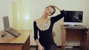Geschäftsfrau, die ihren Hals mit ihrer Hand ausdehnt Kurze Pause für Übung stock video