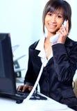Geschäftsfrau, die im Büro arbeitet Stockbilder