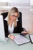 Geschäftsfrau, die im Büro arbeitet Stockfotografie