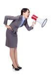 Geschäftsfrau, die im Megaphon schreit Lizenzfreies Stockfoto