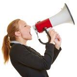Geschäftsfrau, die im Megaphon schreit stockbilder