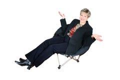 Geschäftsfrau, die im schwarzen Stuhl sitzt Lizenzfreie Stockfotografie