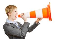 Geschäftsfrau, die im Verkehrskegel schreit Stockbild