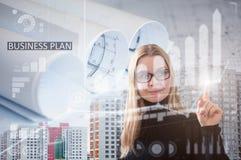 Geschäftsfrau, die innovative Technologien im Bau einsetzt lizenzfreie stockbilder