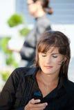 Geschäftsfrau, die intelligentes Telefon verwendet Lizenzfreie Stockfotos