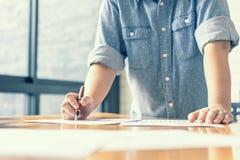 Geschäftsfrau, die Investitionsdiagramme analysiert buchhaltung Stockfotos