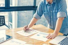 Geschäftsfrau, die Investitionsdiagramme analysiert buchhaltung Lizenzfreies Stockbild