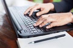 Geschäftsfrau, die Investitionsdiagramme mit Laptop analysiert Accountin Lizenzfreies Stockfoto