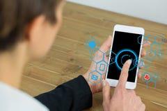 Geschäftsfrau, die IOT-Grafiken am intelligenten Telefon verwendet Lizenzfreies Stockbild