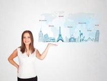 Geschäftsfrau, die Karte mit berühmten Städten und Marksteinen darstellt Lizenzfreies Stockfoto