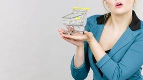 Geschäftsfrau, die kleinen kleinen Warenkorb hält Lizenzfreie Stockfotos