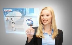 Geschäftsfrau, die Knöpfe auf virtuellem Schirm bedrängt lizenzfreie abbildung