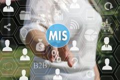 Geschäftsfrau, die Knopf MIS, Führungssystem betätigt Stockfotografie
