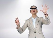 Geschäftsfrau, die Kopfhörer der virtuellen Realität verwendet Lizenzfreies Stockfoto