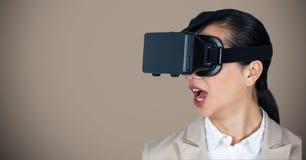 Geschäftsfrau, die Kopfhörer der virtuellen Realität verwendet Lizenzfreie Stockbilder