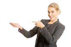 Geschäftsfrau, die Kopienraum auf dem links zeigt Lizenzfreie Stockfotografie