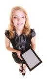 Geschäftsfrau, die Kopienraum auf Tablettenberührungsfläche zeigt Stockfoto