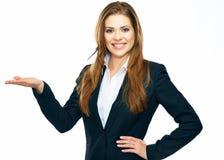 Geschäftsfrau, die Kopienraum für Produkt zeigt oder te annonciert lizenzfreies stockbild