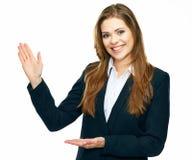 Geschäftsfrau, die Kopienraum für Produkt zeigt oder te annonciert stockbild