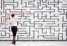 Geschäftsfrau, die Labyrinthproblem löst lizenzfreie stockfotos