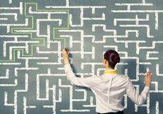 Geschäftsfrau, die Labyrinthproblem löst Stockbild