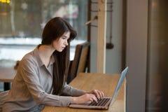 Geschäftsfrau, die an Laptop arbeitet stockfotografie