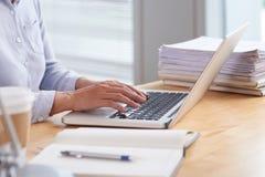 Geschäftsfrau, die an Laptop arbeitet stockfoto