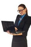 Geschäftsfrau, die an Laptop arbeitet stockbild