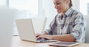 Geschäftsfrau, die an Laptop arbeitet stock footage