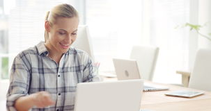 Geschäftsfrau, die an Laptop arbeitet stock video footage