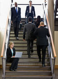 Geschäftsfrau, die an Laptop auf Bürotreppe arbeitet Stockfoto