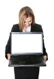 Geschäftsfrau, die Laptop-Computer betrachtet lizenzfreie stockbilder