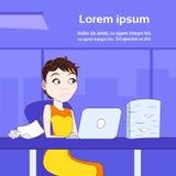 Geschäftsfrau, die an Laptop-Computer Sit At Office Desk With-Stapel Papierdokumenten arbeitet Stockbild