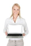 Geschäftsfrau, die Laptop darstellt Lizenzfreie Stockbilder
