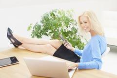Geschäftsfrau, die an Laptop im Büro arbeitet Lizenzfreie Stockfotografie