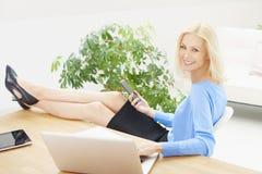 Geschäftsfrau, die an Laptop im Büro arbeitet Lizenzfreies Stockfoto