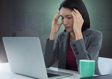 Geschäftsfrau, die an Laptop mit grünem Hintergrund arbeitet Stockfotos