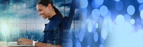 Geschäftsfrau, die an Laptop mit Schirmtextschnittstelle und -übergang arbeitet Stockbilder