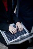 Geschäftsfrau, die Laptop verwendet stockfotografie