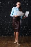 Geschäftsfrau, die Laptop, Vorderansicht steht und hält Dachbodenbacksteinmauer am Hintergrund Konzept der Arbeit Lizenzfreies Stockbild