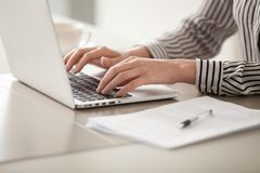 Geschäftsfrau, die an Laptop, weibliche Hände schreiben auf Tastatur arbeitet stockfoto